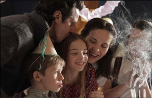 Enzo and Eva (Peretti and Oreiro) loom over their offspring Lilith (Florencia Bado) and Polo.