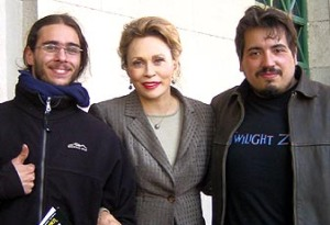 Left to right: producer Pablo Parés, actress Faye Dunaway and director Diego de la Vega, during the 2004 shot of Jennifer's Shadow.