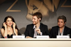"Director of ""Wild Tales"" Damián Szifron at a press conference, joined by stars Erica Rivas to the left and Ricardo Darín to the right."