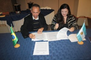 Manoel Rangel and Lucrecia Cardoso signing the agreement.